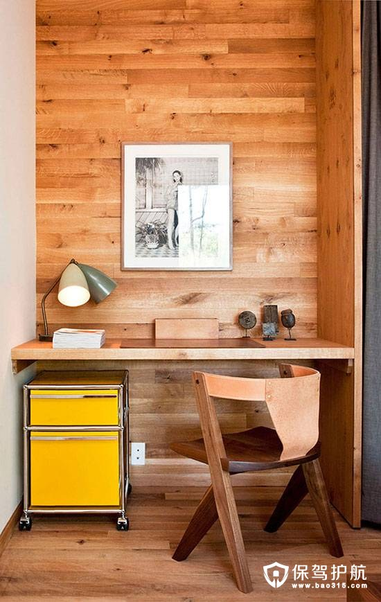 木板装饰的壁龛式办公区域,配上迷你黄色文件柜,增添了