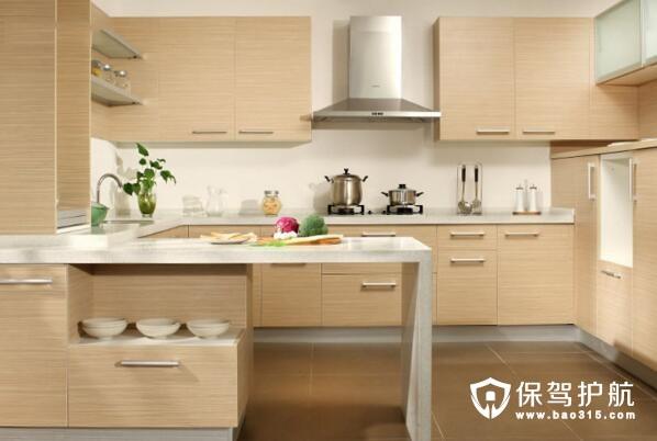 集成厨房概念是指橱具、电器、燃气具三位一体的现代化厨房。整体厨房产品生产厂家以一种全新的营销思路,将家电和橱柜有机地结合在一起,并按照消费者家中厨房结构、面积,以及家庭成员的个性化需求,通过整体配置、整体设计、整体施工并提供相关的成套产品。当前我国城市居民家庭整体厨房系统设备类型主要有操作台、餐具橱、贮物柜、洗菜池、垃圾桶等。电器部分主要有冰箱、灶具、烤箱、微波炉、抽油烟机、洗碗机、消毒柜、热水器、电饭煲等。   集成厨房电器选购诀窍   诀窍1:首选套餐   与单品拼凑相比,购买厨房家电套餐能获得