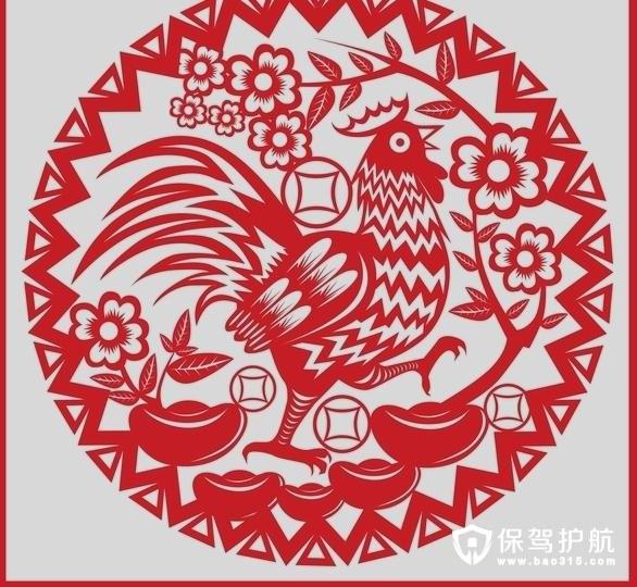 不同形状的公鸡剪纸代表不同的意思,例如月牙公鸡图案剪纸代表吉祥,常常用于吉祥字中的眼、口、眉,人物及其他动物的眼睛。该形状的鸡图案也是比较好剪裁的,顺着月牙形剪裁就可以了。而一个独立的公鸡形象,除本身的花纹装饰之外,没有太多的修饰。剪纸图案中的公鸡高昂头颅,仿若在朝天鸣叫。雄赳赳、气昂昂的形象跃然于剪纸作品之上,可以说是非常精彩的剪纸制作。 三、剪纸大师胡文的《百鸡凤舞图》欣赏 16年12月山东省烟台市,剪纸艺人胡文在工作室整理栩栩如生的剪纸鸡,洋溢着节日的喜庆气氛。因为剪纸大师的《百鸡凤舞图》在这一天创