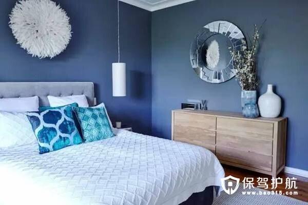 客厅吊顶和沙发抱枕都采用了尼加蓝色调,比起白色家居来多了一