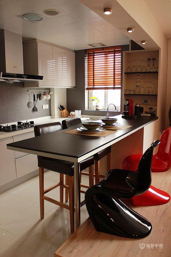吧台一侧放高脚凳,另一侧做了台阶,放普通椅子,可以作为简单的4人用餐桌,L型白色烤漆橱柜,深灰色墙砖(其实是防滑地砖,300×600mm横铺)