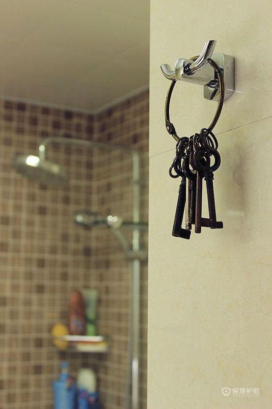 欧洲的老式钥匙,挂在毛巾架上正好