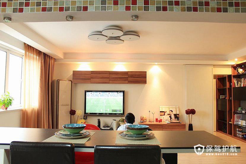 从厨房望向客厅,可以边吃边看电视,朋友多的时候,可以坐3排哦~