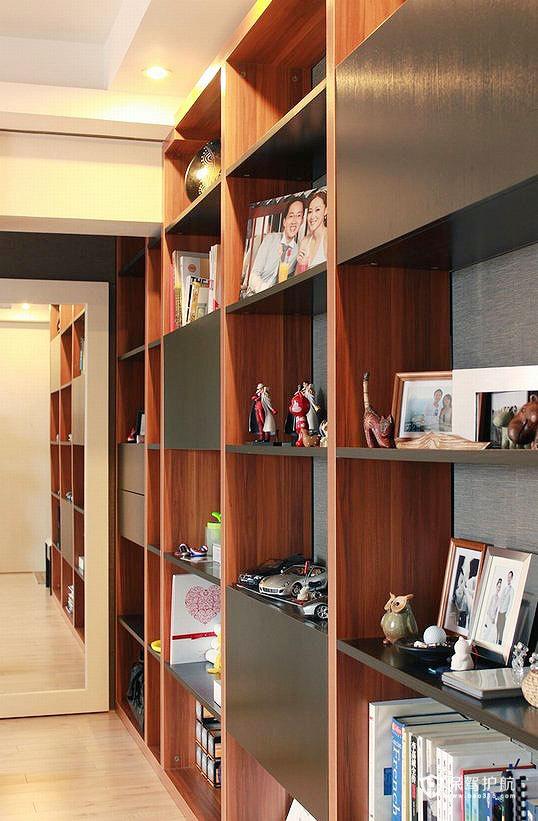 书架的尽头是一面房门大小的镜子,也是储藏室的门,有视觉延伸的效果,而且正对玄关,出门前照一下,很实用