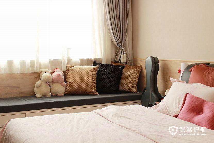 在卧室的窗边做了一排卧榻,下方可以收纳,地板横铺到窗台和床头的高度,增加了温暖的感觉,还可以直接倚靠