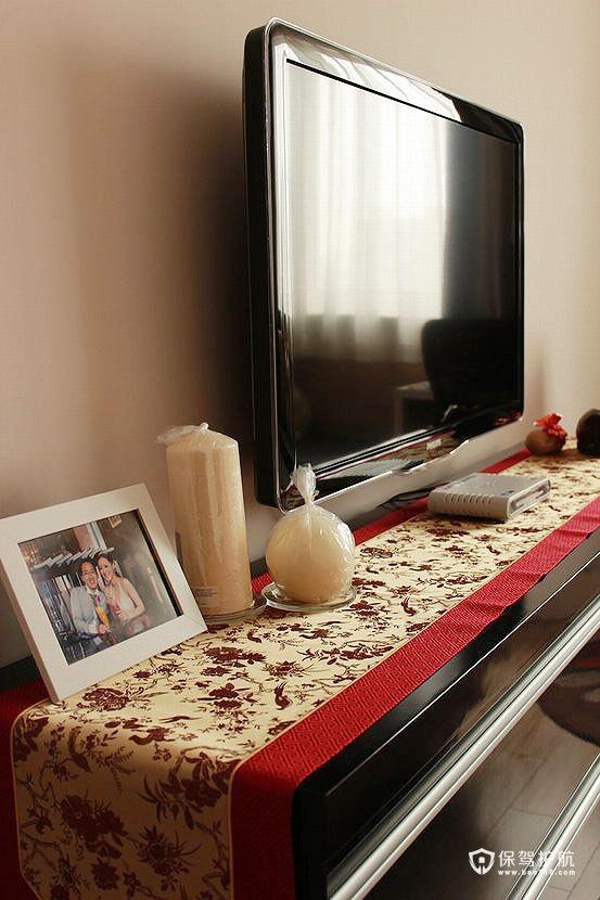 卧室的电视机柜是自己设计尺寸然后定制的,做了2排3层抽屉(1700×400×800mm),黑色烤漆配金色红边桌旗,很喜庆,电视机的高度也正好