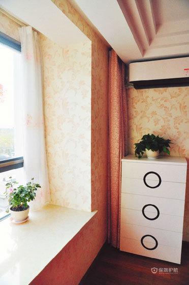 现代风格两室两厅阳台飘窗装潢效果图