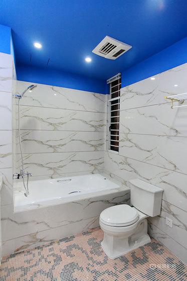 地中海风格loft卫生间深蓝色天花板效果图