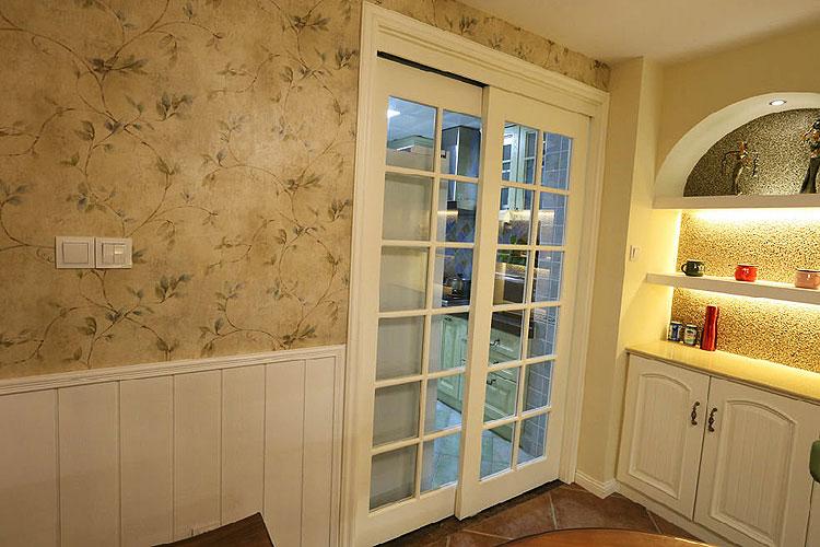 米兰风格三室一厅厨房玻璃推拉门装潢…