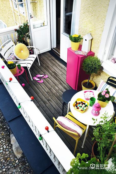 俯视颜色花哨的阳台装饰