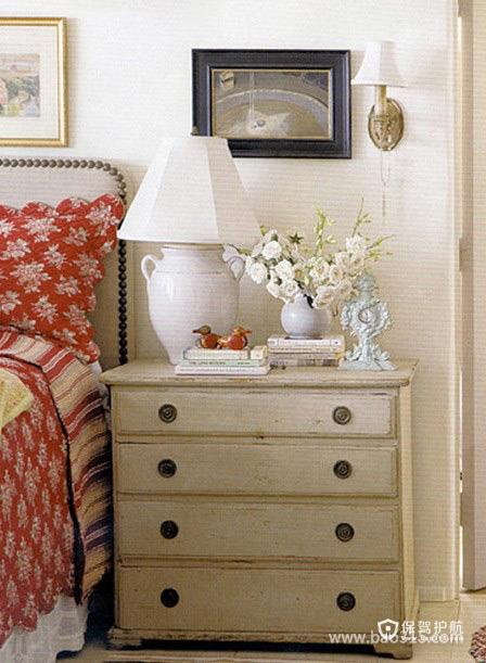 做旧的床头柜带着一点淡淡的忧伤