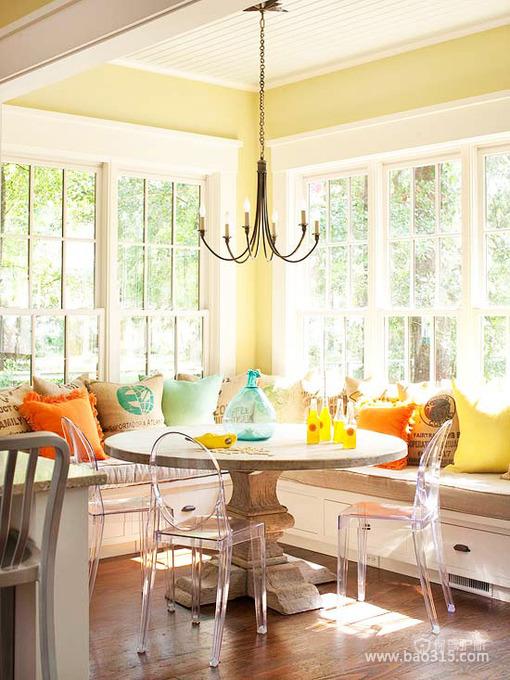 透着光亮的暖黄飘窗餐厅设计