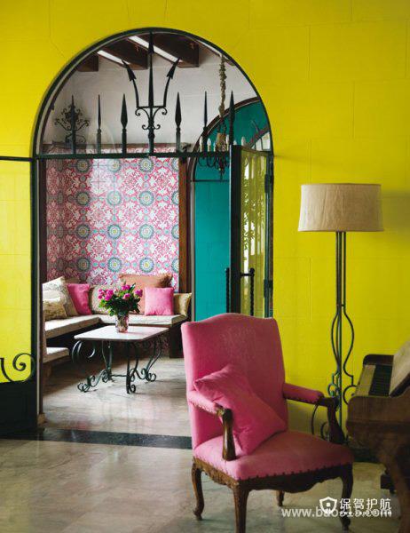 门洞下的黄色背景墙