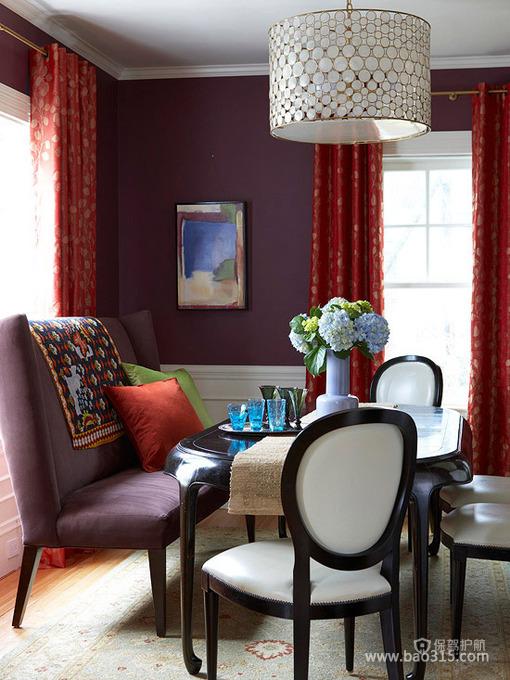 火红窗帘遮不住深紫色餐厅的魅力