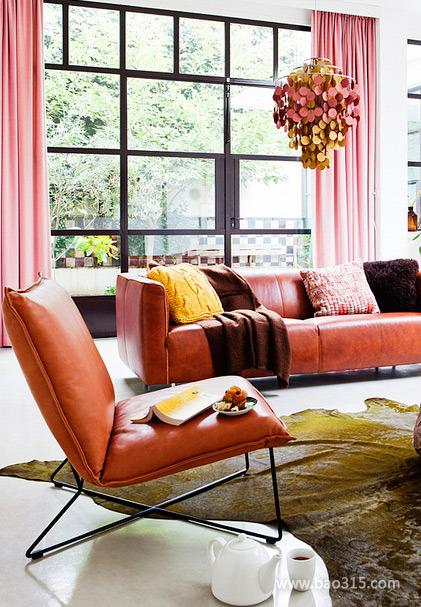 橘色的真皮沙发摆放出客厅的质感