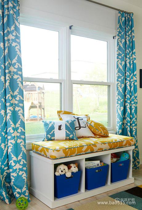 蓝花窗帘下的收纳角落