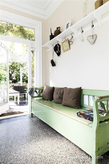 玄关处的绿色鞋柜