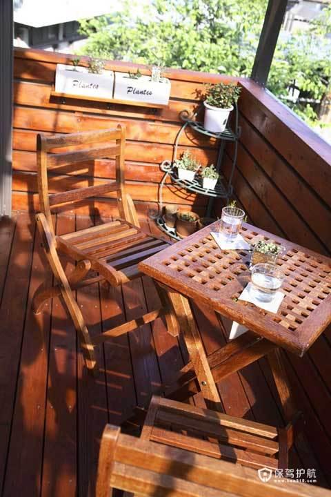 在主人房外面一个小露台,我们将其打造成田园风格,放上木椅木桌和小盆栽,阳光晴好的下午为自己泡上一杯花茶,静静阅读,也是很好的放松方式哦。