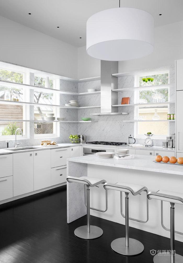 白色的橱柜和吧台设计,不仅实用而且美观。