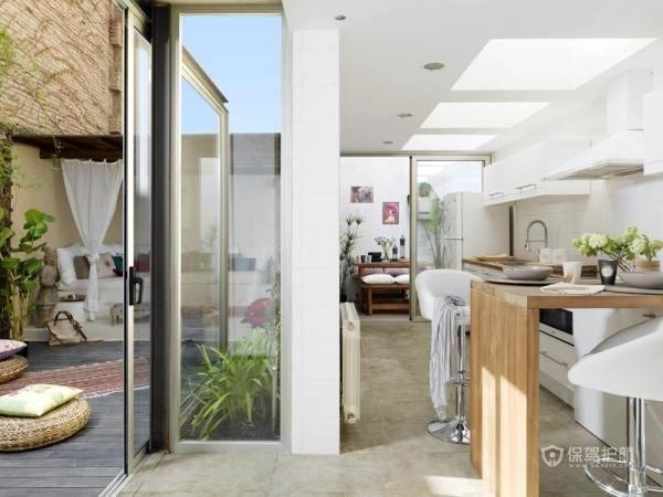 通透的落地窗作为隔断,隔开了厨房与露台。