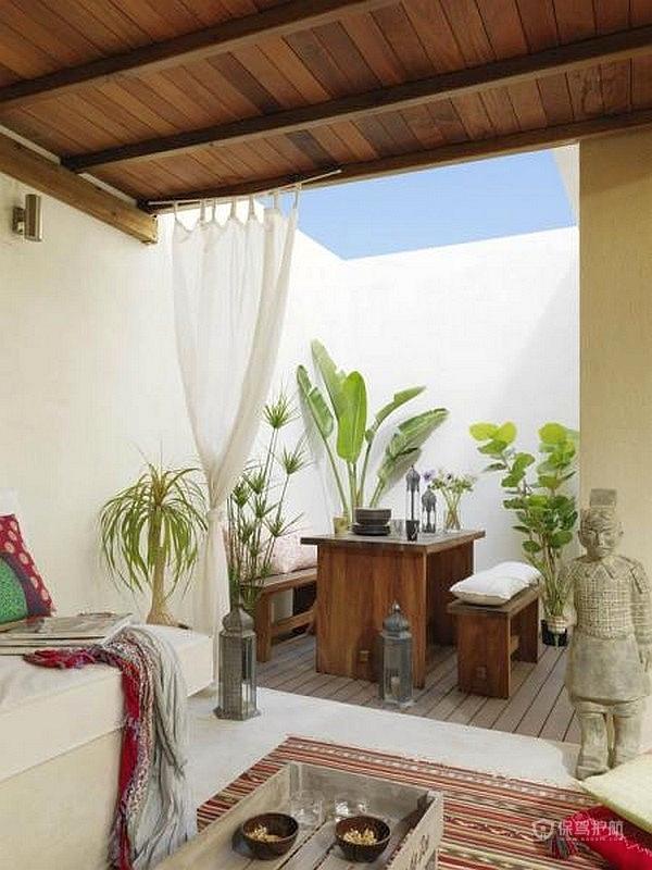 在露台的一边做一个木质吊顶,放一张长沙发,享受着蓝天白云的舒适感!