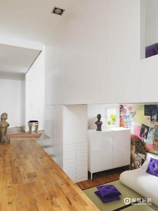 随意的一个错层空间被打造成一个像储藏室一样的白色素雅空间。