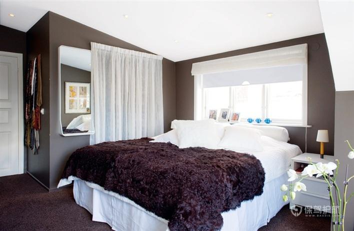 一个小型的卧室以褐色为主色调,白色为辅。