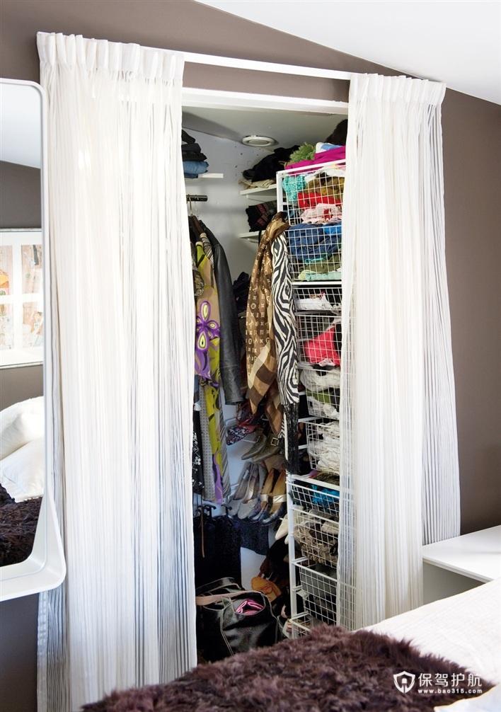 卧室的一边是一个自己DIY的内嵌式衣帽间。