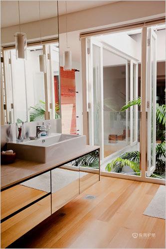 卫生间的设计也很简单,抬头就看见满眼的绿色植物,心旷神怡。