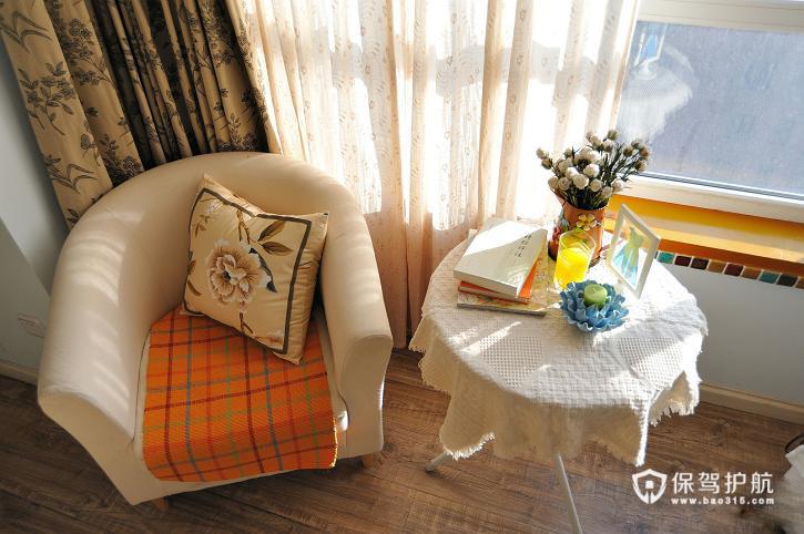 沙发椅上的抱枕与窗帘的花纹很相似。