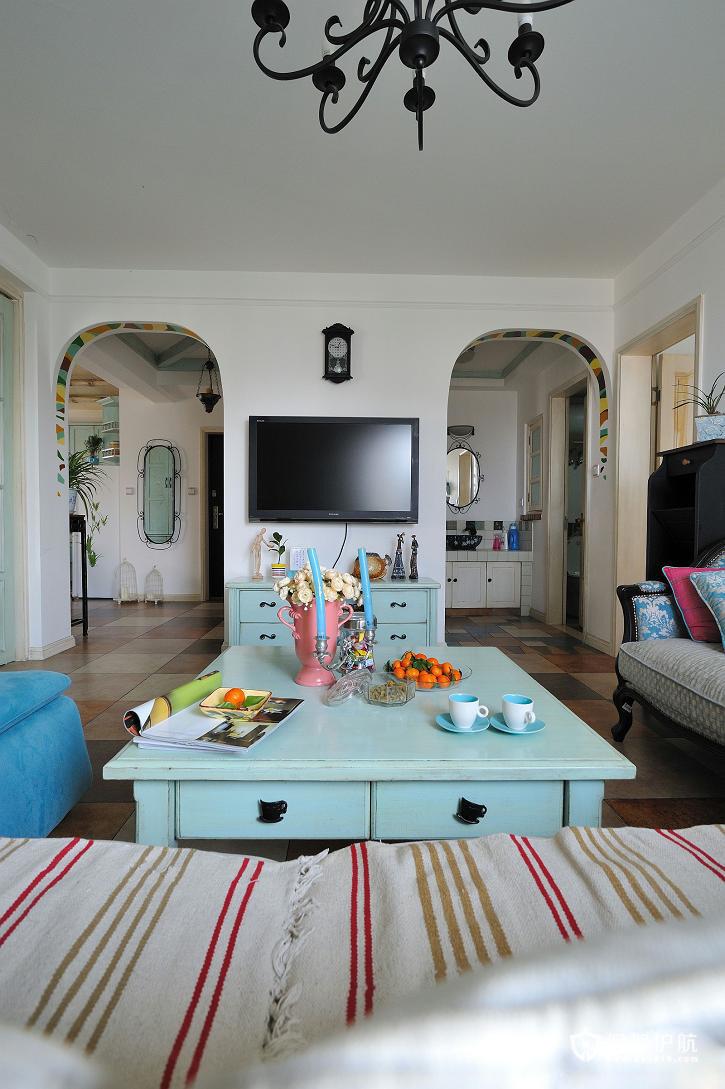 这是一个地中海式的客厅,淡蓝色充斥着眼球。