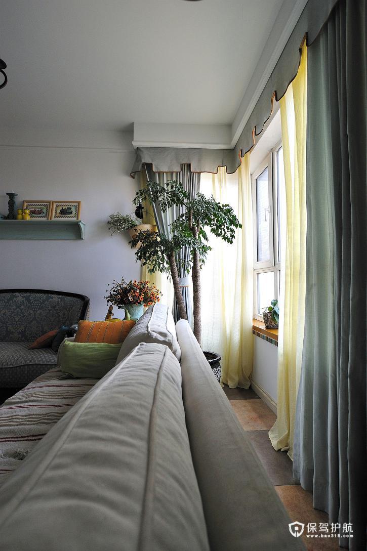 沙发与窗户腾出一段距离,窗边一盆大型绿色植物生长的很旺盛。