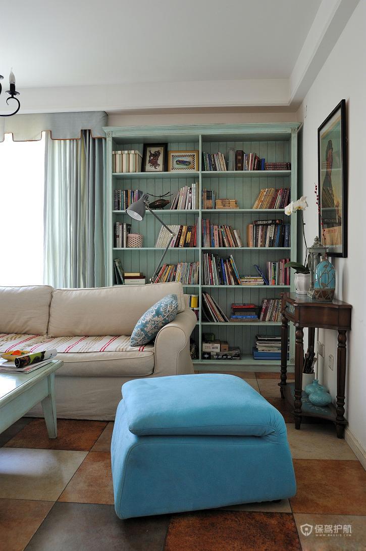 书架上摆放着各种书籍和主人淘回来的小玩意。