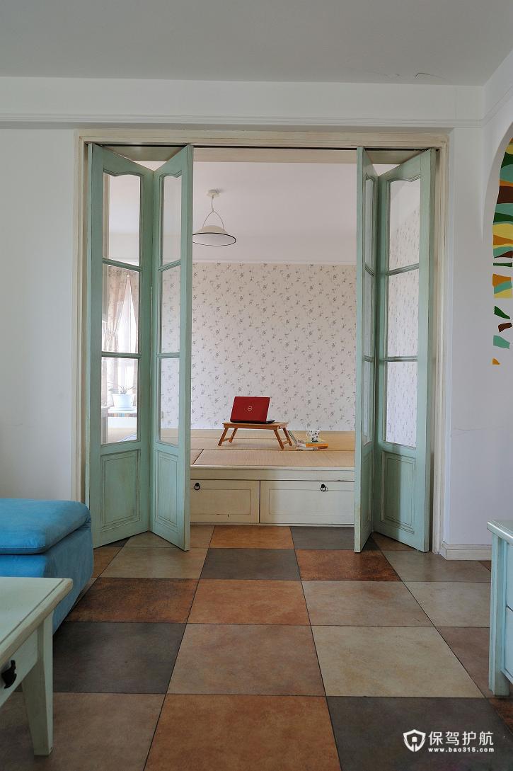 地砖没有用木板式也没有采用纯白色的地砖,而是用不同颜色的瓷砖来代替,很耐脏。