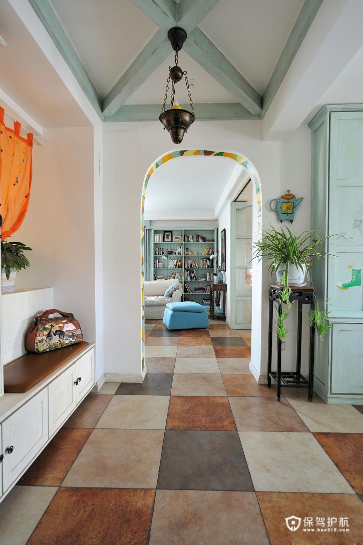 玄关处设计一个玄关柜,放置着主人的进出门的各种鞋子。