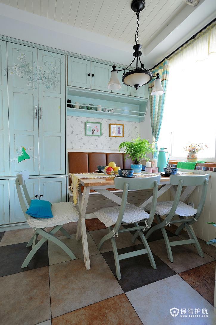 餐厅的餐桌和灯具都有地中海的气息,小碎花的壁纸则有点田园味。