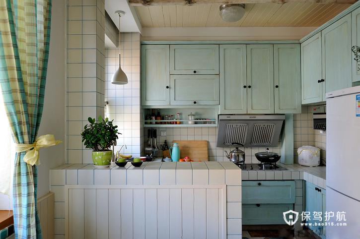 厨房的橱柜也是淡蓝色,与整体风格相统一。