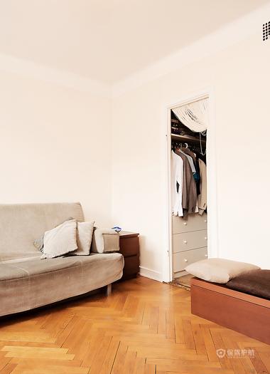 现代风格两室一厅20平米客厅木地板铺装效果图