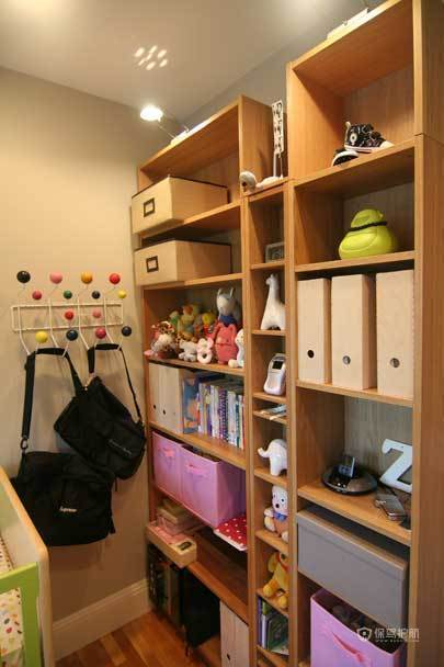 米兰风格三室两厅10平米客厅置物架效果图