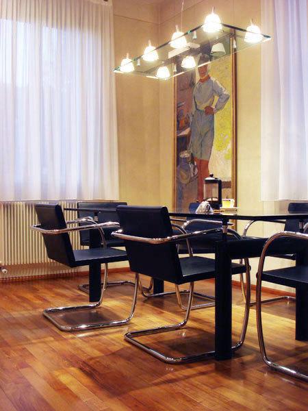 东南亚风格50平米会议室实木地板装修…
