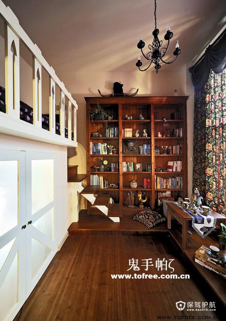 客厅电视墙的右边是个阅读室兼茶室和客房的多功能房间,因为楼高足够,睡眠区安排在上铺隐蔽些,有面巨大的窗户面对入户花园