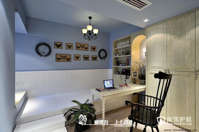到书房了,墙面的蝴蝶挂饰是书房的亮点,用白色的墙裙和床板搭配蓝色墙漆,营造一种清爽的感觉。床板下面是抽屉,经过拉槽处理已经被消隐处理掉了。书房在有客人留宿时可以随时变成客房很有实用性。