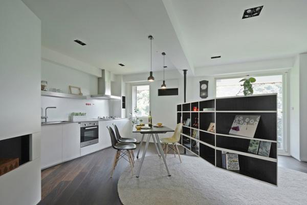 开放式厨房,用一排书架做了隔断。