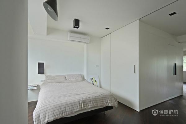 主卧房和工作室之间的书柜墙做了能移动的设计,透过书柜的旋转,便能实现主卧房和工作室合为一体。