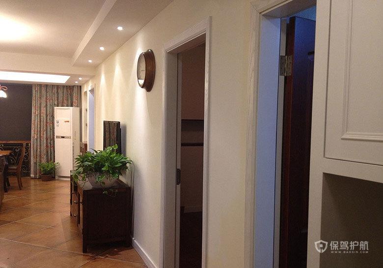 进门看到的客厅餐厅,及一溜外卫客房门。