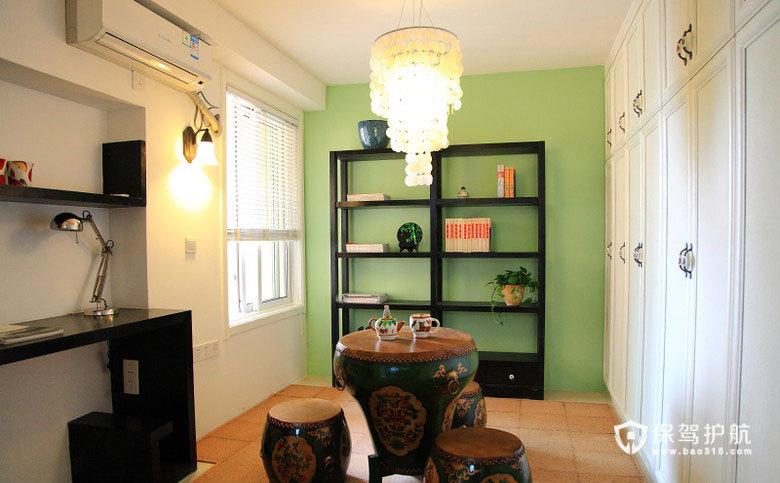 进入书房,地面做了柜子抬高处理,可以储存很多物品,也可以兼做客房。