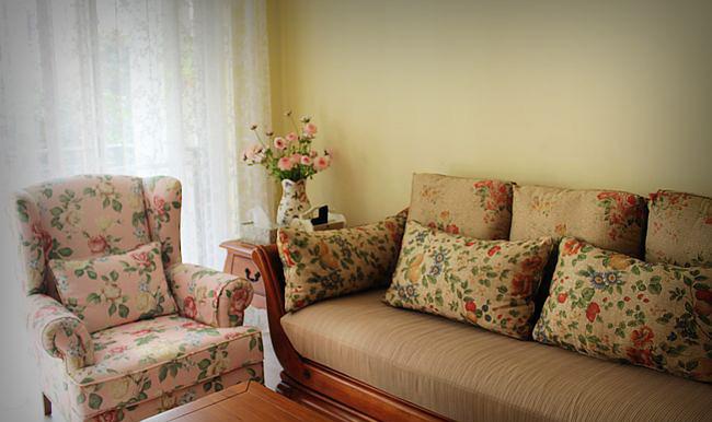 这套实木布艺三人沙发的颜色略暗一点。 我另订做了一套浅颜色的,等春天来了就换上。