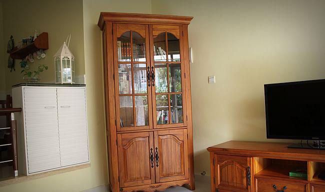 这个斜放的书柜刚好把客厅原来的大门挡住。