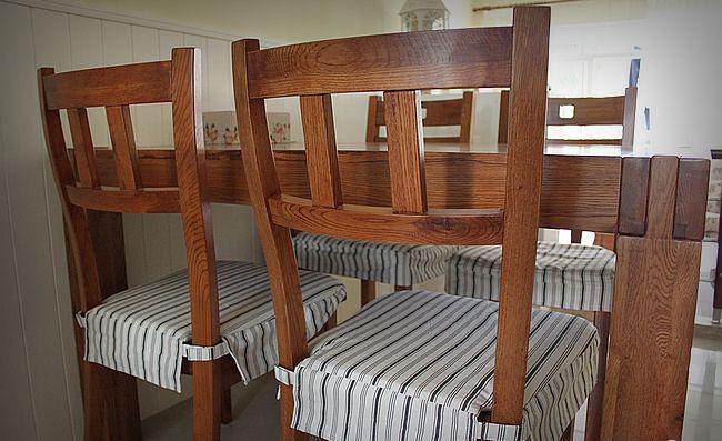 这套实木餐椅古朴拙趣,我和老公都很爱! 但椅子我喜欢对面那种椅背有个正方形洞洞的。冬天,给椅子穿上了宜家的条纹衣服。