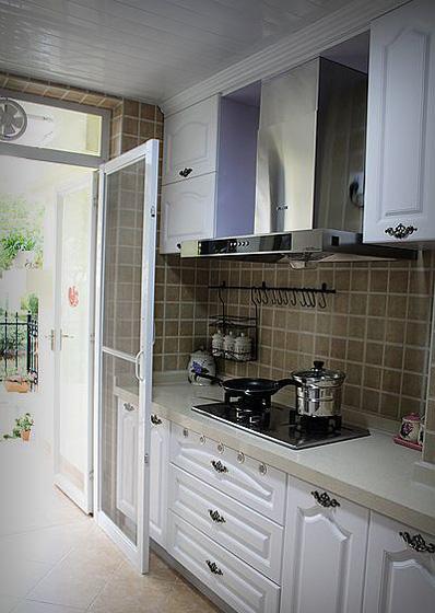 """本来大门是从客厅进的,现在改为从小花园进出,进入小屋得经过厨房,可真是""""开放式""""厨房呢。"""